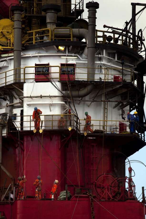 Crew members work on an oil platform in Guanabara Bay, offshore from Niteroi, Brazil, on Friday, Sept. 27, 2013. Photo: Dado Galdieri, Bloomberg