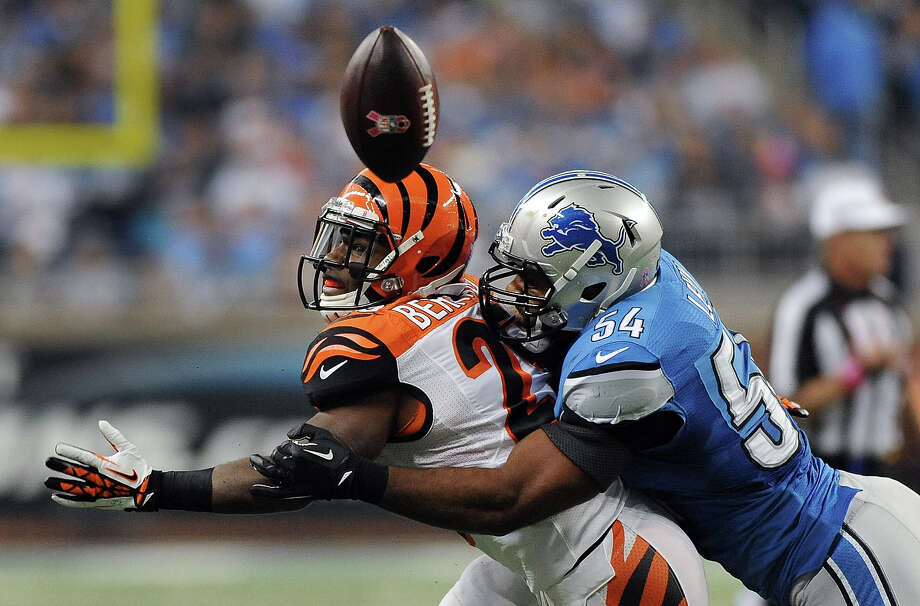 Detroit Lions outside linebacker DeAndre Levy (54) breaks up a pass intended for Cincinnati Bengals running back BenJarvus Green-Ellis (42) in the second quarter of an NFL football game against Sunday, Oct. 20, 2013, in Detroit. Photo: Jose Juarez, ASSOCIATED PRESS / AP2013