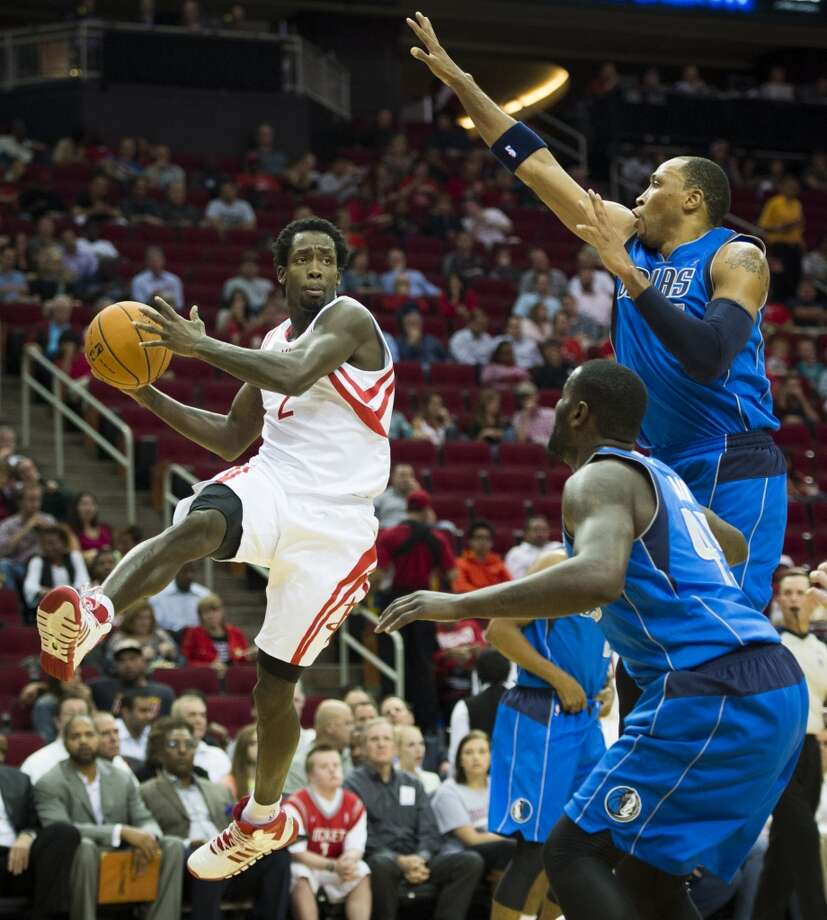 Rockets guard Patrick Beverley drives around Mavericks forward Shawn Marion. Photo: Smiley N. Pool, Houston Chronicle