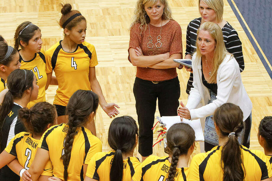 Brennan volleyball coach Leandra Valdez, right, talks to the Lady Bears during a timeout in an August game. Injuries have challenged the team this year. Photo: Marvin Pfeiffer / Northwest Weekly