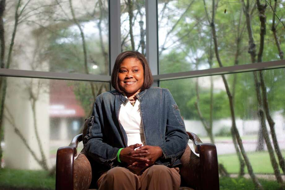 Portrait at the Missouri City Branch Library of NeShell Monroe, 42, who after 30 years of living with kidney problems caused by an autoimmune disease as a child, is now hopeful she will receive a new kidney Friday, Sept. 20, 2013, in Missouri City. ( Johnny Hanson / Houston Chronicle ) Photo: Johnny Hanson, Staff / Houston Chronicle