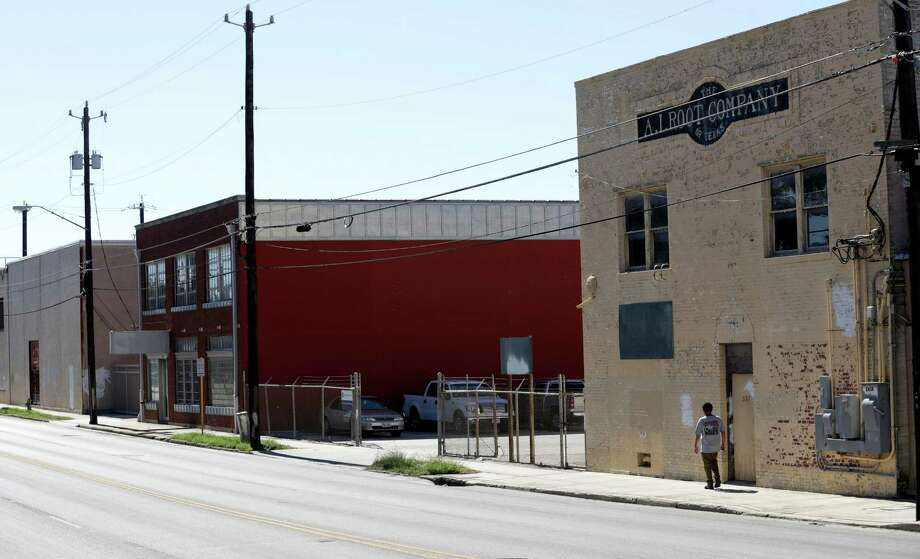 Buildings in the 500 block of S. Flores St. between Cesar Chavez and Arsenal where HEB plans to expand it's headquarters. Wednesday, Oct. 23, 2013. Photo: Bob Owen, San Antonio Express-News / ©2013 San Antonio Express-News