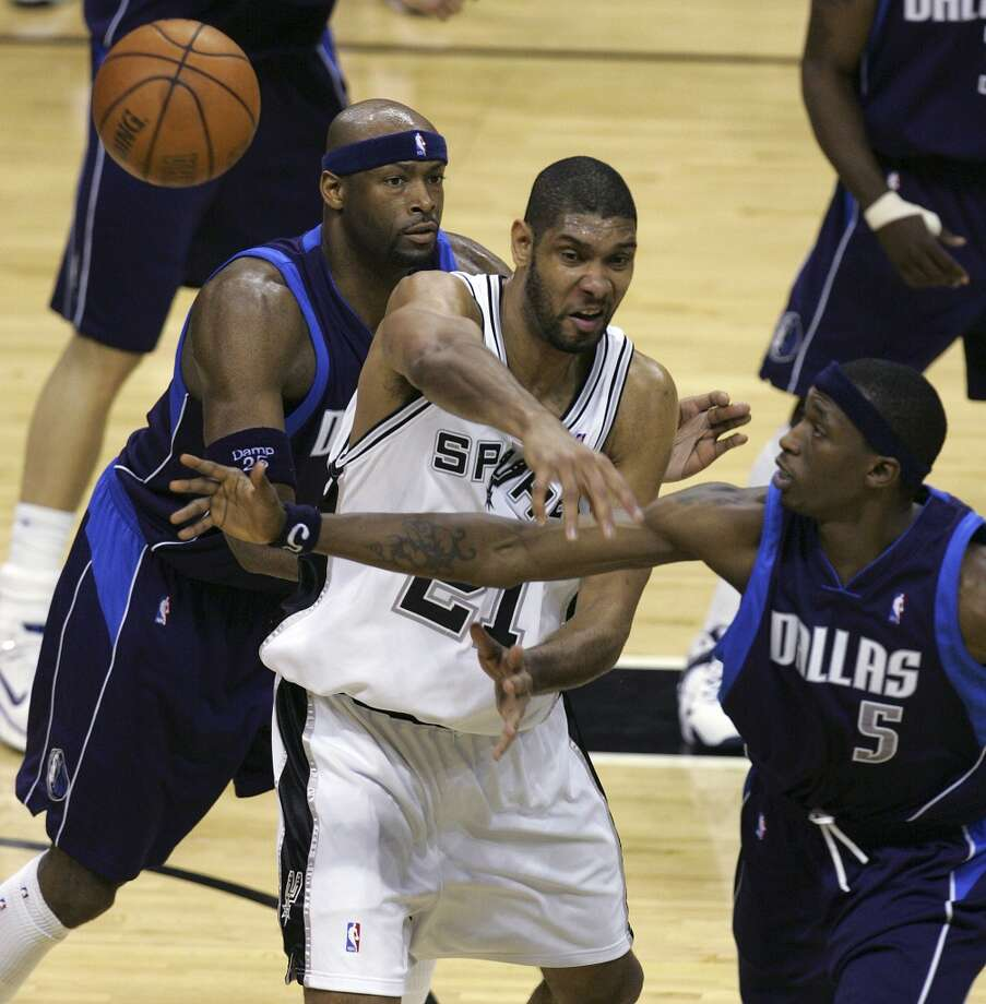 The Spurs' Tim Duncan loses the ball on an attempted pass under pressure from the Mavericks' Erick Dampier (left) and Josh Howard during the Western Conference Semifinals at the AT&T Center on May 7, 2006. Photo: Jerry Lara, San Antonio Express-News