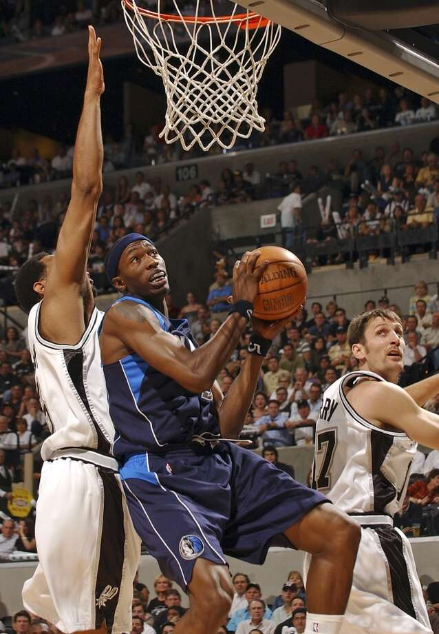 The Mavericks' Josh Howard maneuvers past the defense of the Spurs' Robert Horry (left) and Brent Barry during first half action on May 17, 2006, at the AT&T Center during Game 5 of the Western Conference Semifinals. Photo: Edward A. Ornelas, San Antonio Express-News