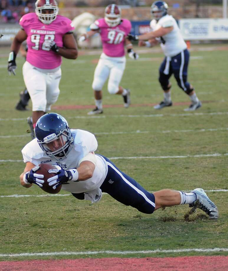 Rice quarterback Taylor McHargue dives into the end zone during the first half. Photo: Robin Zielinski, Associated Press