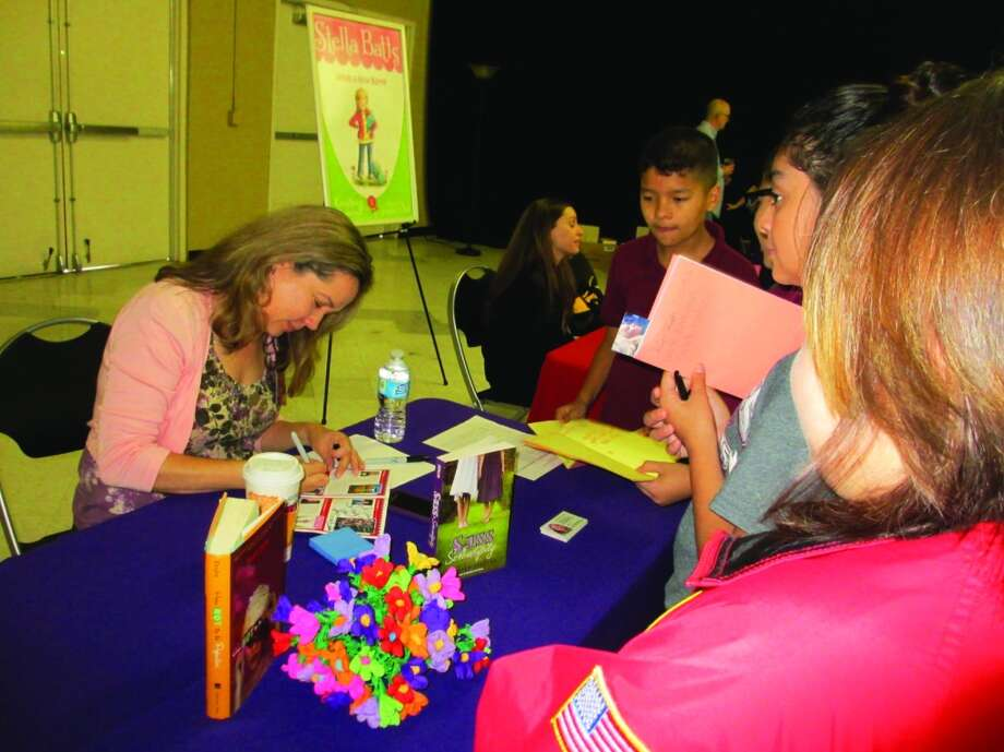 Author Jennifer Ziegler signs autographs for some young fans. Photo: Terry Scott Bertling, San Antonio Express-News