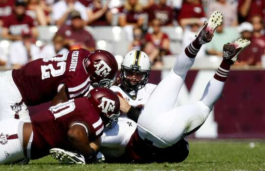 Texas A&M defenders tackle Vanderbilt quarterback Patton Robinette. Photo: Cody Duty, Houston Chronicle