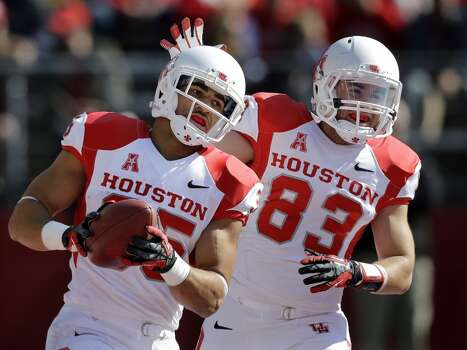 UH running back Kenneth Farrow is congratulated by receiver Andrew Rodriguez after a touchdown. Photo: Mel Evans, Associated Press