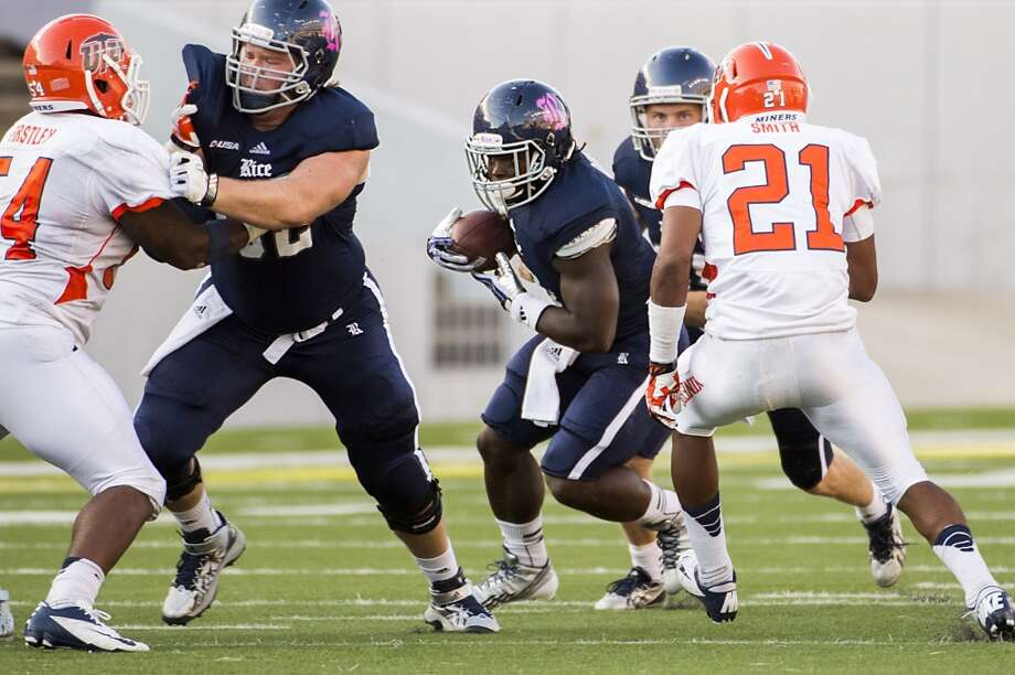 Rice walk-on running back Jayson Carter, who at 4-9 is the smallest player in Football Bowl Subdivision, runs for one yard on his first career carry late in fourth quarter. Photo: Smiley N. Pool, Houston Chronicle