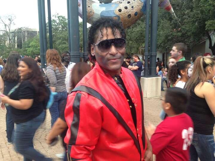 Jorge Casiano as Michael Jackson.