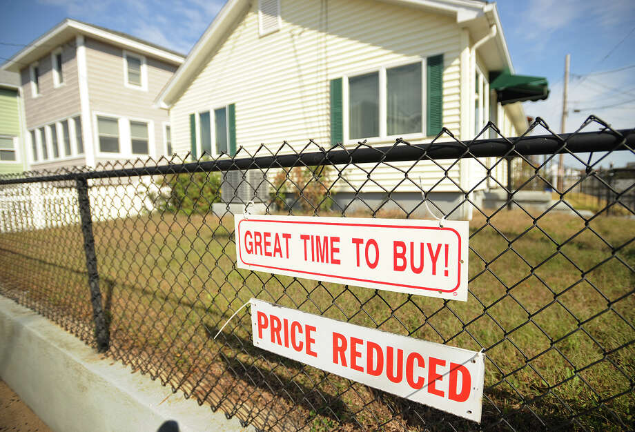 A home for sale in the Bayview Beach area of Milford, Conn. on Tuesday, October 22, 2013. The number of Americans who signed contracts to buy existing homes fell in September to the lowest level in nine months, the National Association of Realtors said Monday. Photo: Brian A. Pounds / Connecticut Post