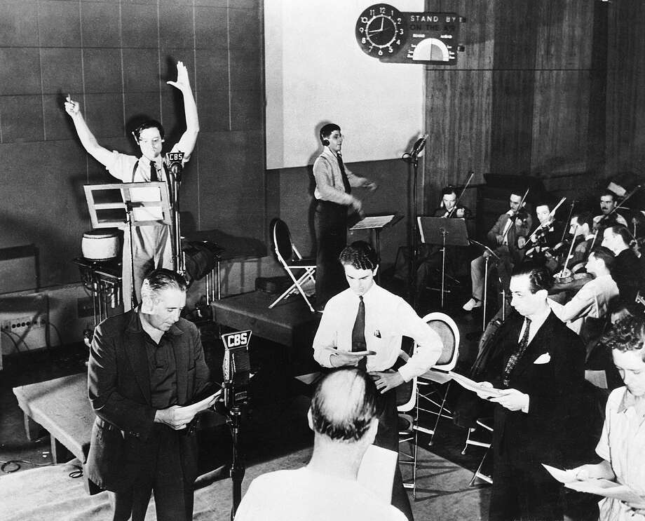 New York, Orson Welles rehearsing one of his radio programs on CBS in 1938. Photo: Keystone-France, Gamma-Keystone Via Getty Images / KEYSTONE-FRANCE