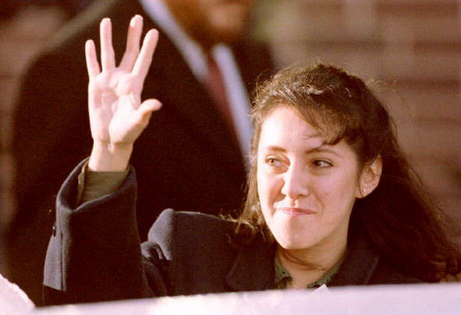 Lorena Bobbitt waves to cheering demostrators as she leaves the Prince William County Courthouse in manassas, VA, 18 January 1994 after the fifth day of testimony in her malicious wounding trial. Psychiatrists testified on her mental state at the time she cut off her husband John's penis.  (Photo credit should read J. DAVID AKE/AFP/Getty Images) Photo: DAVID AKE, AFP/Getty Images / AFP