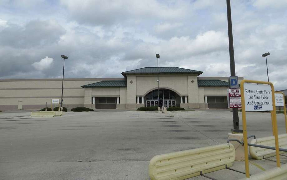 New Braunfels' City Council voted Monday to buy a former Albertson's building at the corner of Landa Street and Walnut Avenue for $2.65 million from H-E-B for use as a new City Hall. Photo: Zeke MacCormack / San Antonio Express-News