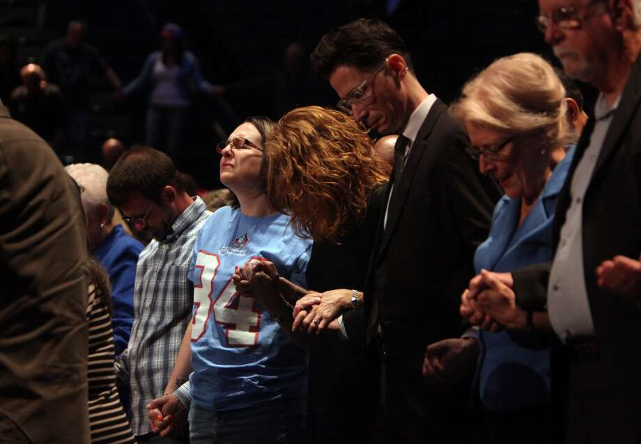 Fans mourn Bum Phillips duringh is memorial service at Lakewood Church. Photo: Mayra Beltran, Houston Chronicle
