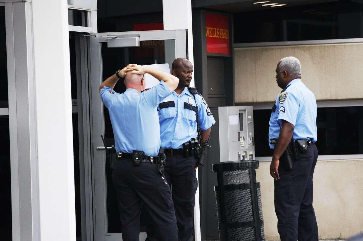 Houston police investigate the scene of a bank robbery in southwest Houston, Oct. 30, 2013. (Johnny Hanson / Houston Chronicle)
