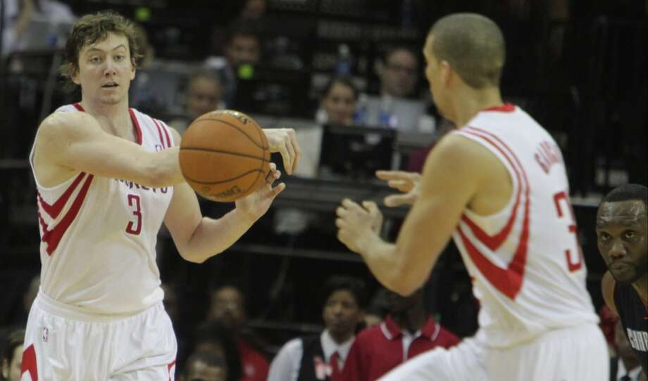 Omer Asik of the Rockets passes to forward Francisco Garcia. Photo: James Nielsen, Houston Chronicle