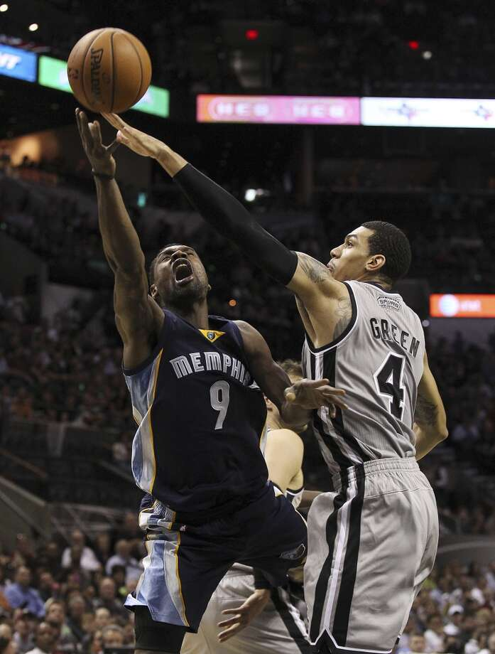 Spurs' Danny Green (04) defends against Memphis Grizzlies' Tony Allen (09) at the home opener at the AT&T Center on Wednesday, Oct. 30, 2013. (Kin Man Hui/San Antonio Express-News) Photo: San Antonio Express-News