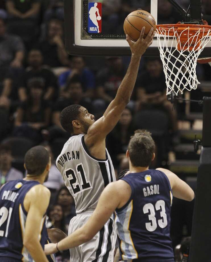 Spurs' Tim Duncan (21) lays up a shot against Memphis Grizzlies' Marc Gasol (33) at the home opener at the AT&T Center on Wednesday, Oct. 30, 2013. (Kin Man Hui/San Antonio Express-News) Photo: San Antonio Express-News