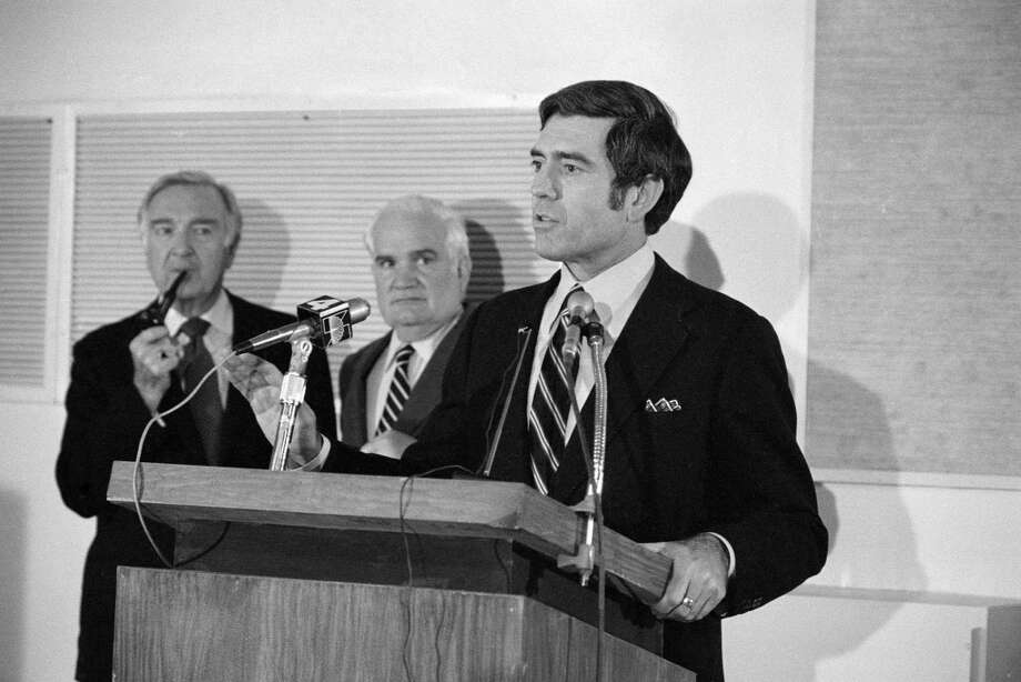 CBS News conference : Dan Rather, right, to succeed Walter Cronkite, left  (Bill Leonard, President of CBS News, is also shown).  Image dated February 14, 1980. Photo: CBS Photo Archive, CBS Via Getty Images