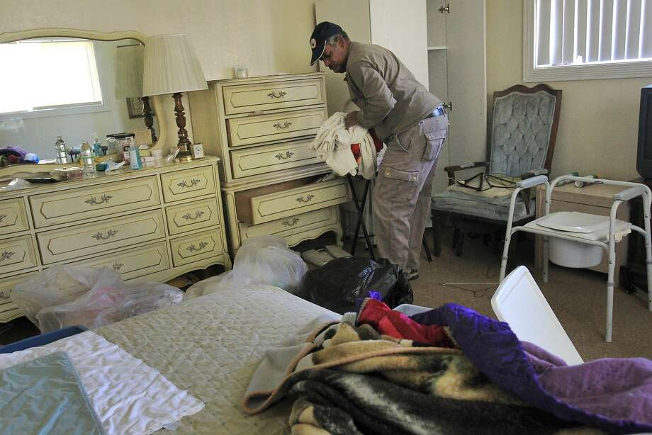 Burton Nash collects his elderly parents' belongings from the abandoned Valley Springs Manor home in Castro Valley. The bungled closure left 19 tenants cared for by two untrained staff. Photo: Leah Millis, The Chronicle