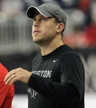 Texans and former Cougars quarterback Case Keenum stands on the sidelines. Photo: James Nielsen, Houston Chronicle