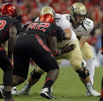 South Florida Bulls quarterback Mike White takes the snap. Photo: James Nielsen, Houston Chronicle