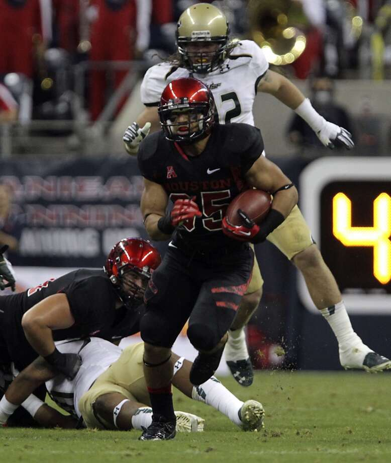 Cougars running back Kenneth Farrow runs the ball against the South Florida Bulls. Photo: James Nielsen, Houston Chronicle