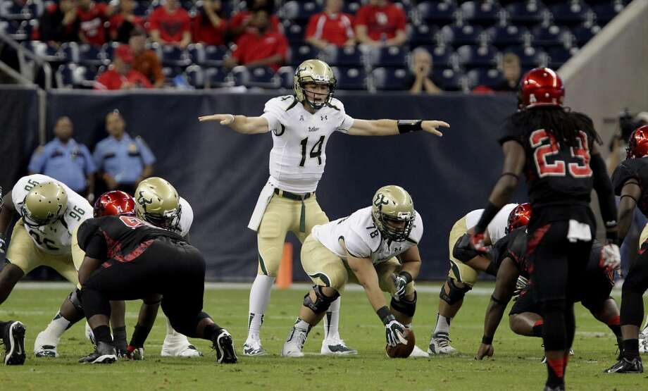 South Florida Bulls quarterback Mike White center, call out a play against the Cougars. Photo: James Nielsen, Houston Chronicle