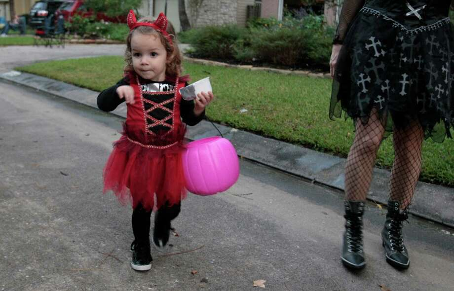 Victoria Ruiz trick-or-treats with her family Halloween night. Photo: Billy Smith II, Chronicle / © 2013 Houston Chronicle