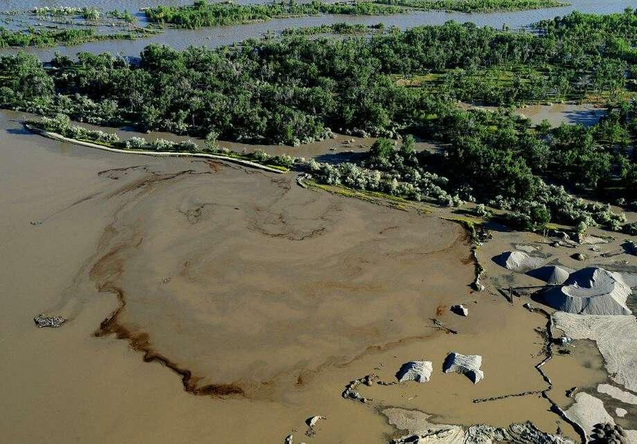 Oil swirls in a flooded gravel pit in Lockwood, Mont., after a pipeline break in July 2011. Photo: Larry Mayer, MBO / The Billings Gazette