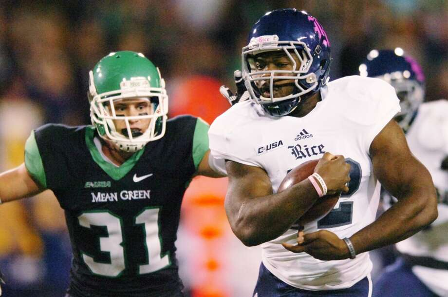 Rice running back Charles Ross (12) runs past North Texas defensive back Kenny Buyers. Photo: David Minton, Associated Press