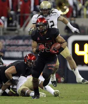 Houston running back Kenneth Farrow carries against South Florida during the first quarter of an NCAA college football game Thursday, Oct. 31, 2013, in Houston. (AP Photo/Houston Chronicle, James Nielsen) MANDATORY CREDIT Photo: James Nielsen, Associated Press