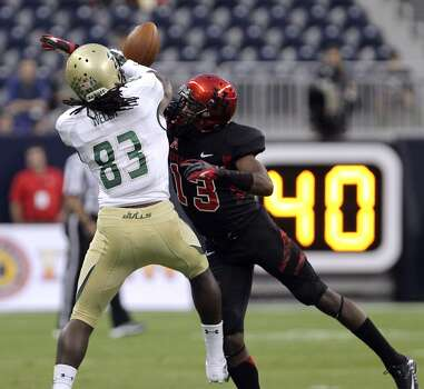Houston defensive back Thomas Bates, right, breaks up a pass to South Florida wide receiver Deonte Welch during the first quarter of an NCAA college football game Thursday, Oct. 31, 2013, in Houston. (AP Photo/Houston Chronicle, James Nielsen) MANDATORY CREDIT Photo: James Nielsen, Associated Press