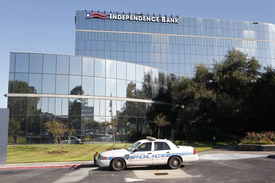 Police investigate a robbery at Independence Bank on the Northwest Freeway. Photo: Johnny Hanson, Houston Chronicle