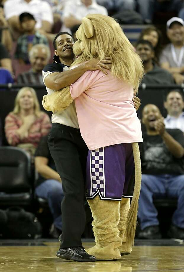 I love it when you call double dribbling:The Sacramento Kings mascot Slamson tries to ingratiate himself with ref Bill Kennedy. Photo: Rich Pedroncelli, Associated Press