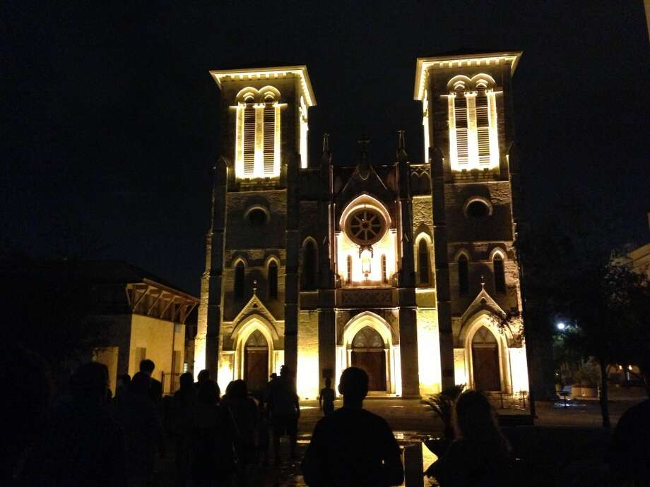 Ghost tour enthusiasts take photos of San Fernando Cathedral. Photo: Benjamin Olivo, MySA.com