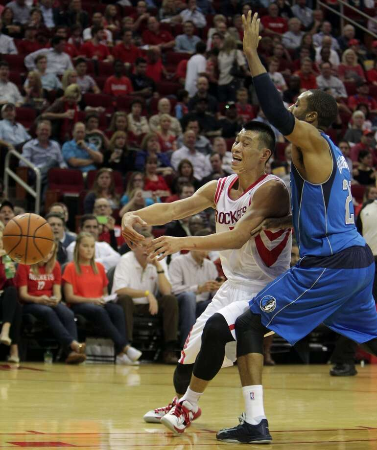 Rockets point guard Jeremy Lin left, passes the ball out from Mavericks shooting guard Wayne Ellington. Photo: James Nielsen, Houston Chronicle