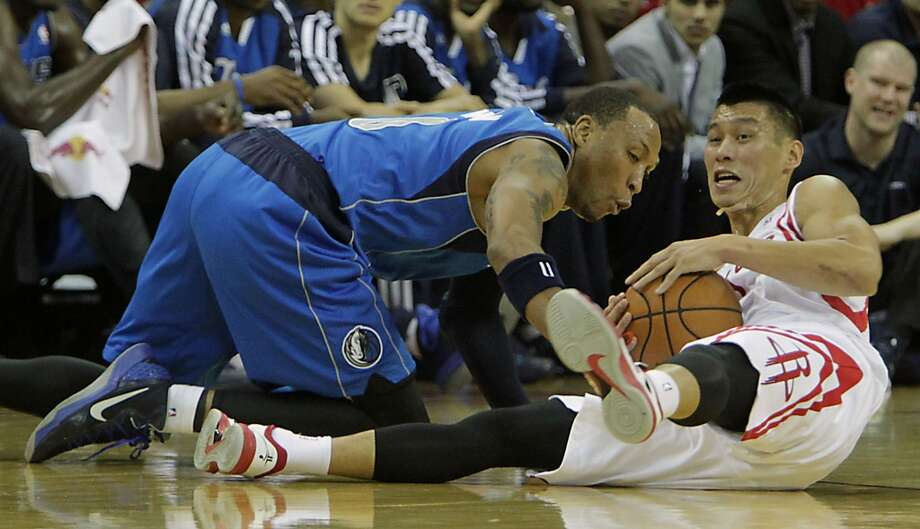 Mavericks small forward Shawn Marion left, and Rockets point guard Jeremy Lin right, wrestle for a loose ball. Photo: James Nielsen, Houston Chronicle