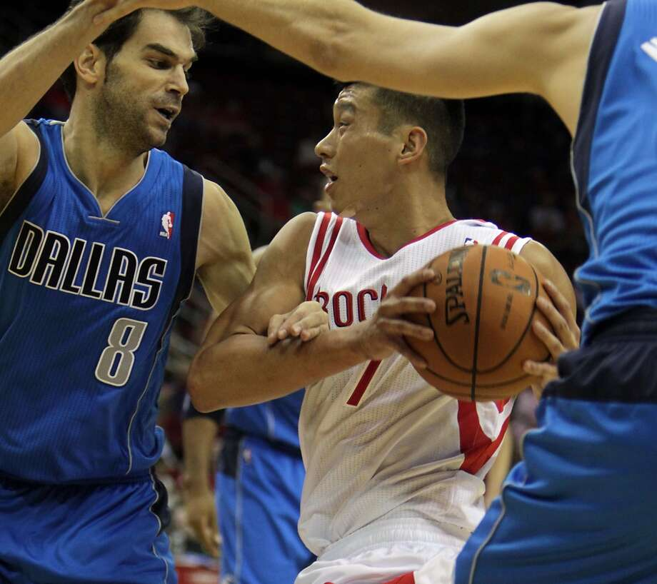 Mavericks point guard Jose Calderon defends against Jeremy Lin. Photo: James Nielsen, Houston Chronicle