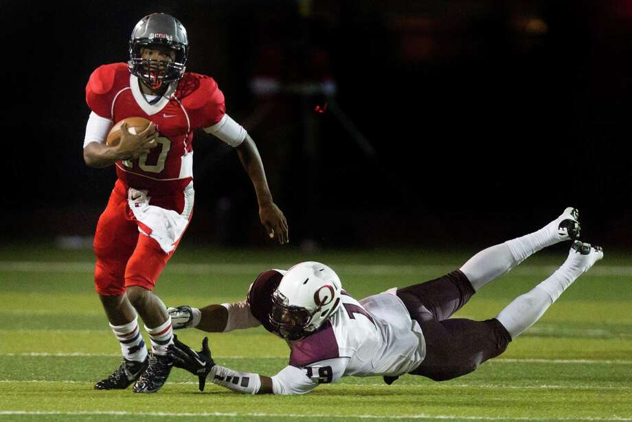 Manvel quarterback Deriq King (10) runs past Pearland linebacker Justin Phillips during the second half of a high school football game at Alvin Memorial Stadium on Friday, Nov. 1, 2013, in Alvin Photo: J. Patric Schneider, For The Chronicle / © 2013 Houston Chronicle