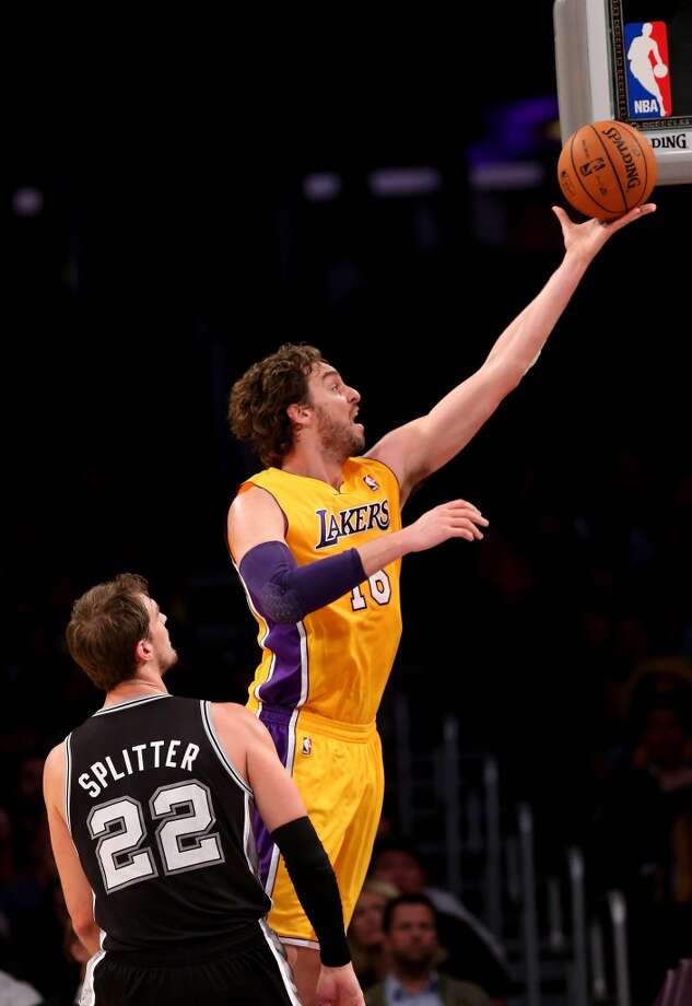 Pau Gasol #16 of the Los Angeles Lakers shoots over Tiago Splitter #22 of the San Antonio Spurs at Staples Center on November 1, 2013 in Los Angeles, California. Photo: Stephen Dunn, Getty Images