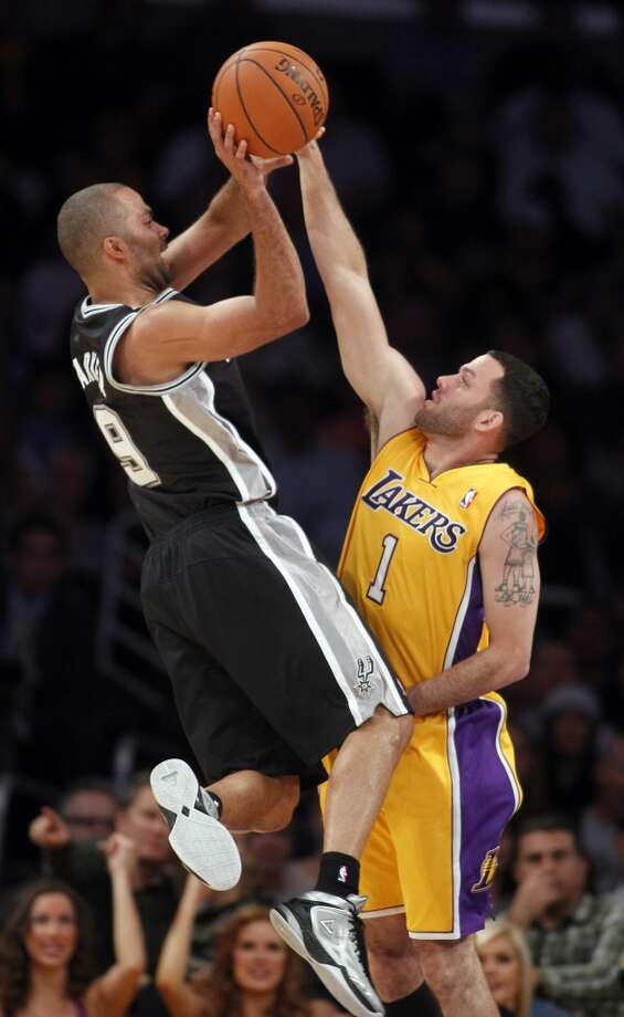 San Antonio Spurs guard Tony Parker, left, of France, shoots over Los Angeles Lakers guard Jordan Farmar during the second quarter of an NBA basketball game Friday, Nov. 1, 2013, in Los Angeles. Photo: Alex Gallardo, Associated Press