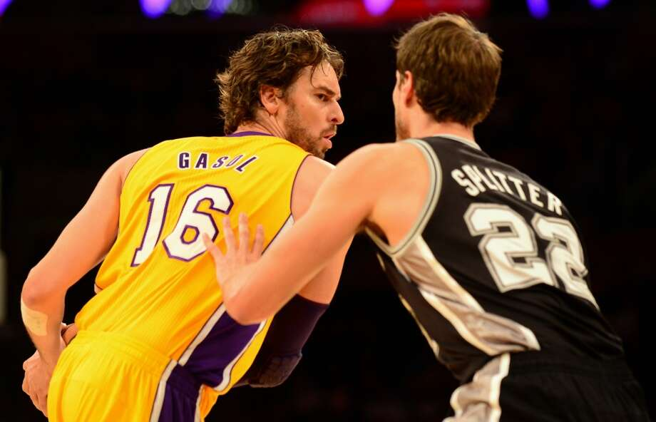 Pau Gasol of the Los Angeles Lakers looks to pass under pressure from Tiago Splitter of the San Antonio Spurs (L) during NBA action on November 1, 2013 in Los Angeles, California. Photo: FREDERIC J. BROWN, AFP/Getty Images