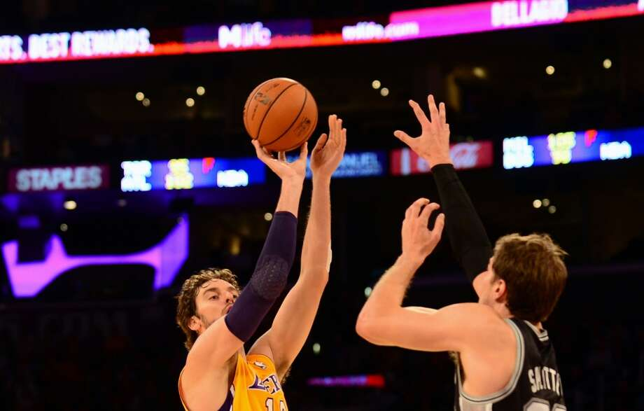 Pau Gasol (L) of the Los Angeles Lakers shoots under pressure from Tiago Splitter of the San Antonio Spurs during NBA action on November 1, 2013 in Los Angeles, California. Photo: FREDERIC J. BROWN, AFP/Getty Images