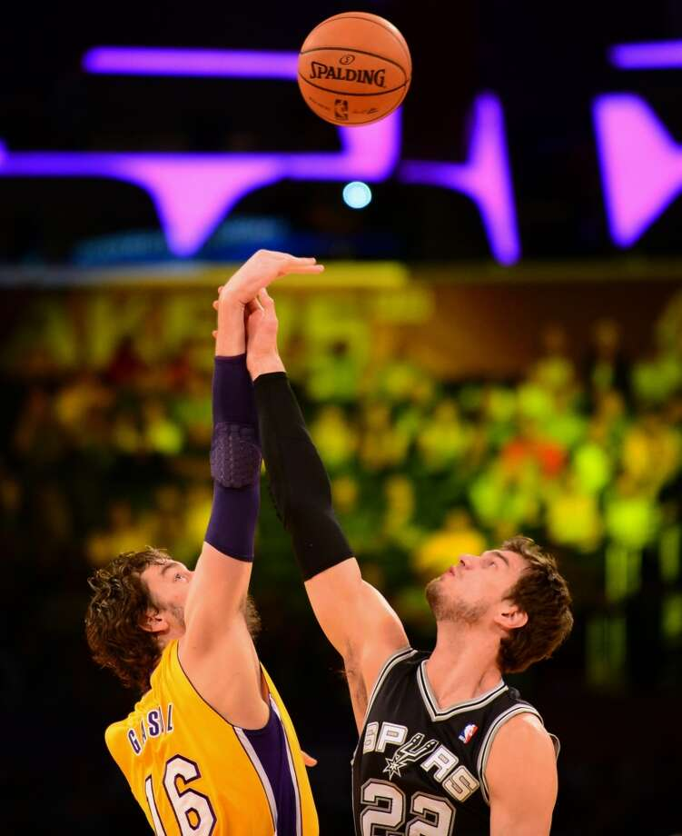 Pau Gasol of the Los Angeles Lakers (L) and Tiago Splitter of the San Antonio Spurs (R) vie for the tipoff during NBA action on November 1, 2013 in Los Angeles, California. Photo: FREDERIC J. BROWN, AFP/Getty Images