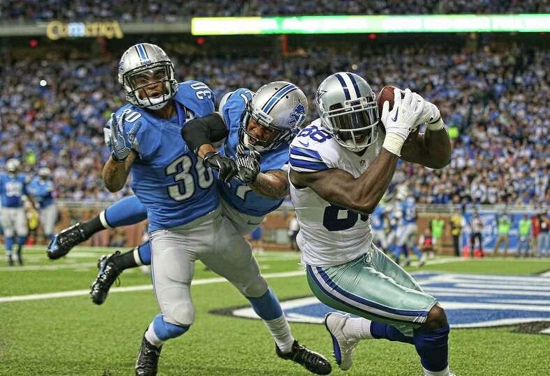 DETROIT, MI - OCTOBER 27:  Dez Bryant #88 of the Dallas Cowboys scores on a five yard touchdown pass