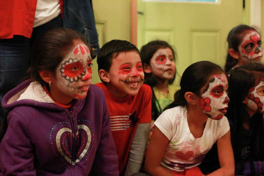 Children enjoy a performance at the 9th annual Dia de los Muertos event at El Centro de La Raza. Photo: SOFIA JARAMILLO, SEATTLEPI.COM / SEATTLEPI.COM