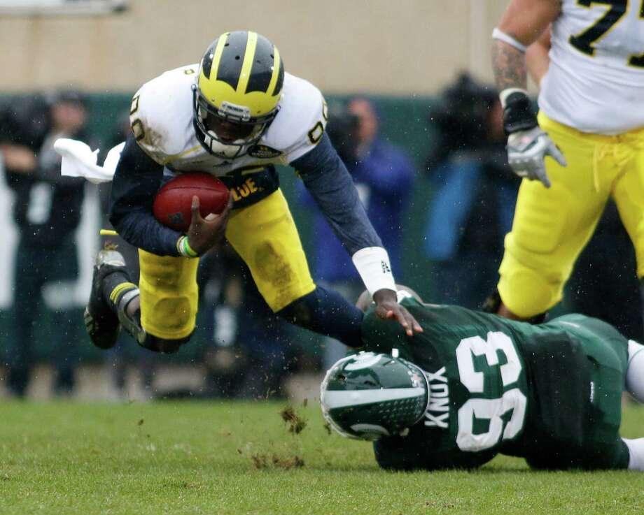 Michigan State's Damon Knox makes sure Michigan quarterback Devin Gardner doesn't get away. Photo: Al Goldis, FRE / FR11125 AP