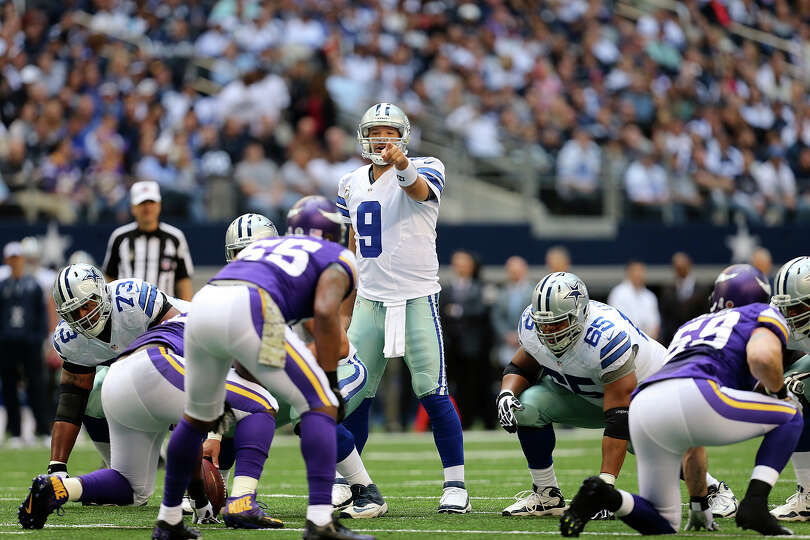 Dallas Cowboys quarterback Tony Romo gives direction during the first half against the Minnesota Vik